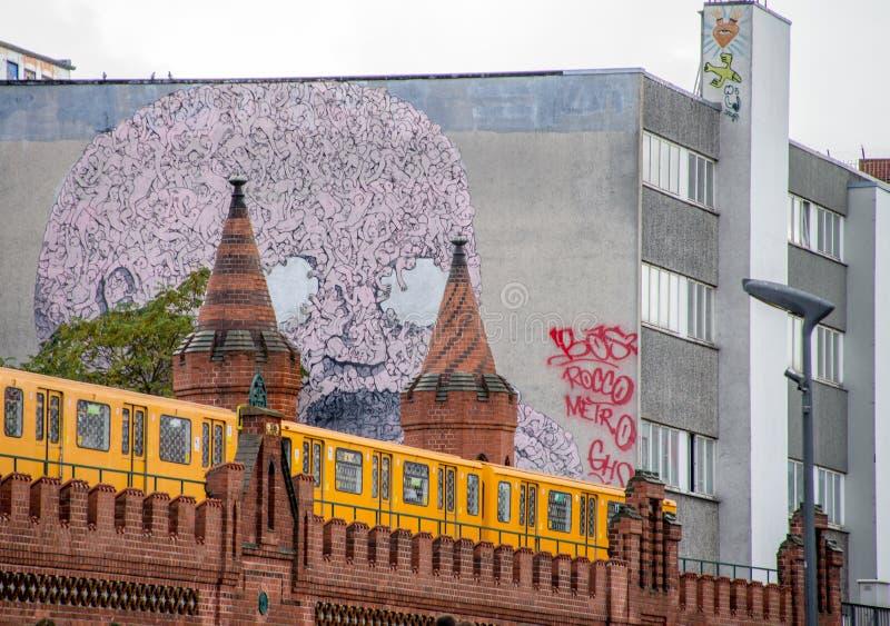 U-bahn va ponte di Oberbaum della depressione a Berlino fotografia stock libera da diritti