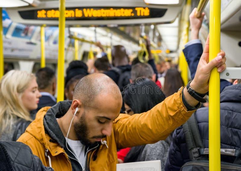 U-Bahn voll von Leuten in London lizenzfreies stockfoto