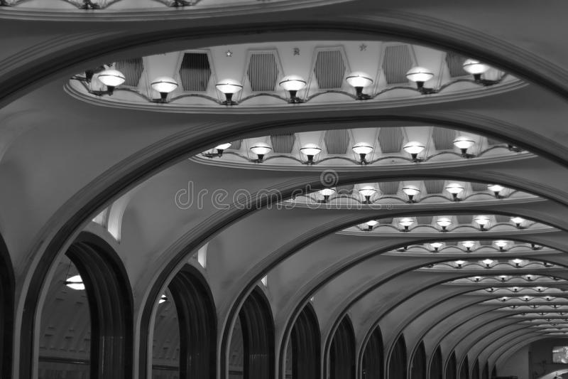 U-Bahnstation mit Spalten in Moskau Beleuchten an Majakovskaja-Station stockfoto