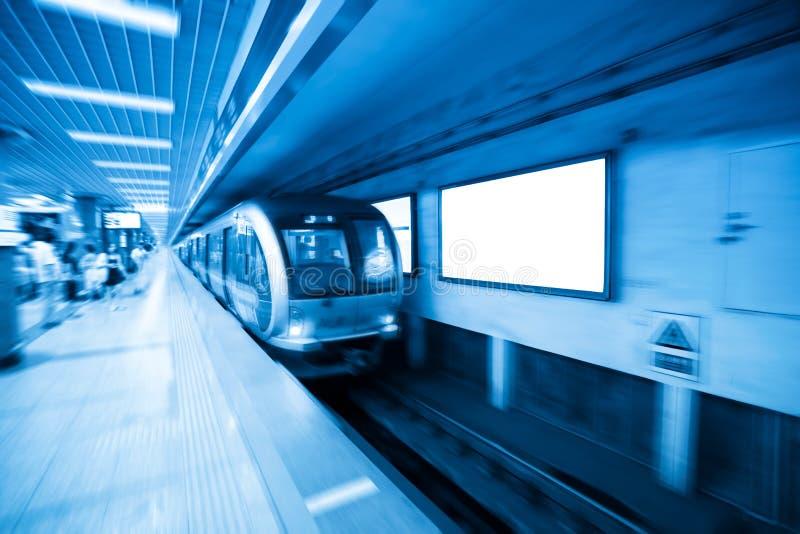 U-Bahnstation und unbelegte Anschlagtafel stockfotografie