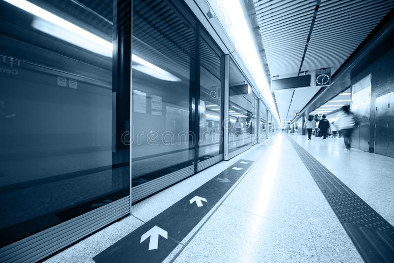 U-Bahnstationinnenraum lizenzfreie stockfotografie