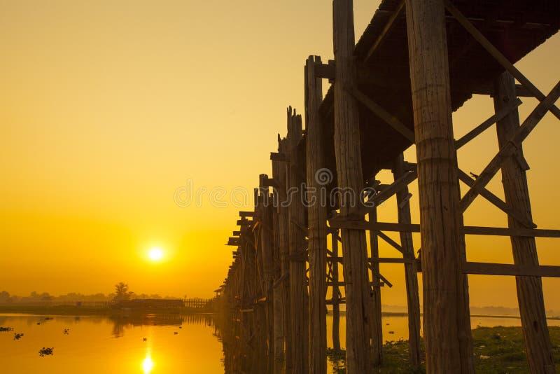 U Bein桥梁日出 库存图片