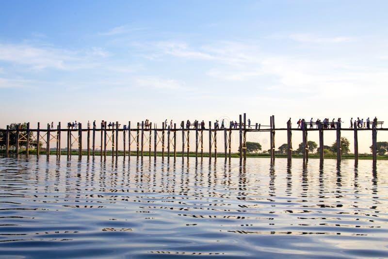 U Bein桥梁的现出轮廓的人在日落, Amarapura, Mandal 免版税库存图片