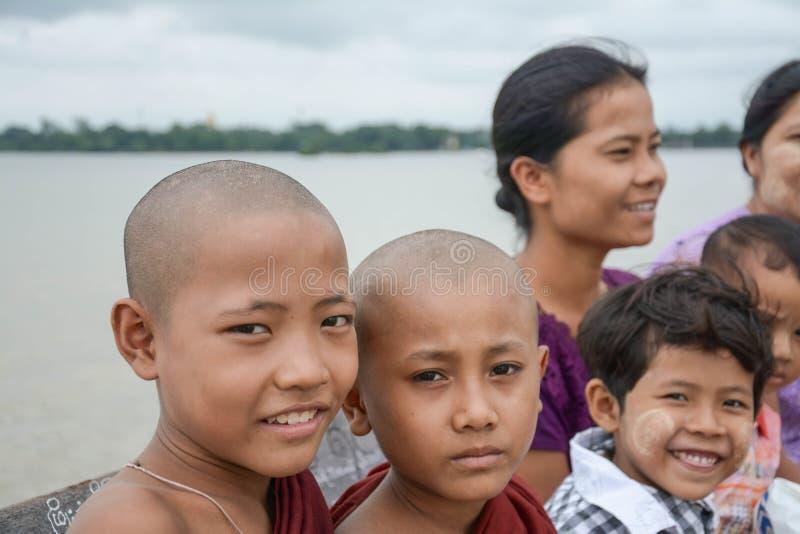 U Bein桥梁,缅甸8月02th日, 2015年:2015年8月02日的一个未认出的缅甸佛教新手 U-Bein桥梁是练马长绳 库存图片