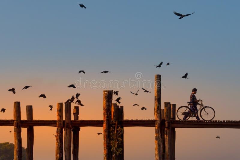 U Bein most przy zmierzchem w Myanmar zdjęcie royalty free