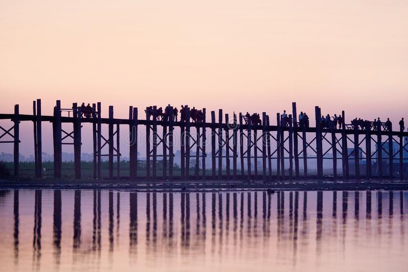 U Bein tku most przy zmierzchem w Amarapura, Myanmar zdjęcie royalty free