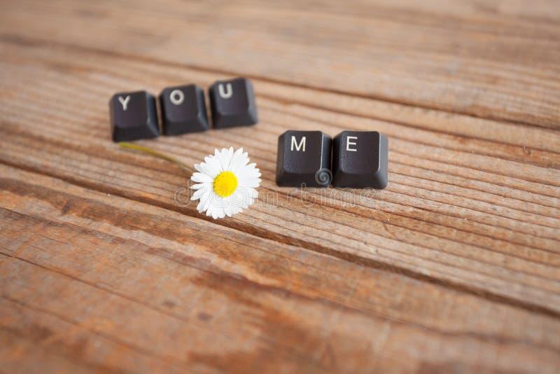u en me schreef met toetsenbordsleutels op houten achtergrond royalty-vrije stock afbeelding