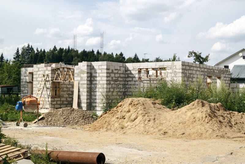 ?u?eres eines Landhauses im Bau Standort, auf dem die W?nde von den Gasbetonbl?cken und -leiter errichtet werden lizenzfreie stockbilder