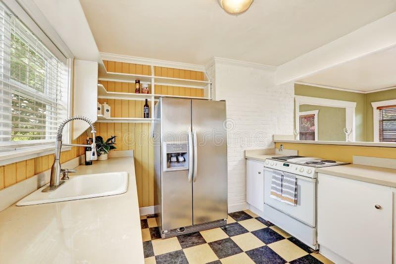 U-formig kökruminre med det moderna kylskåpet arkivfoto