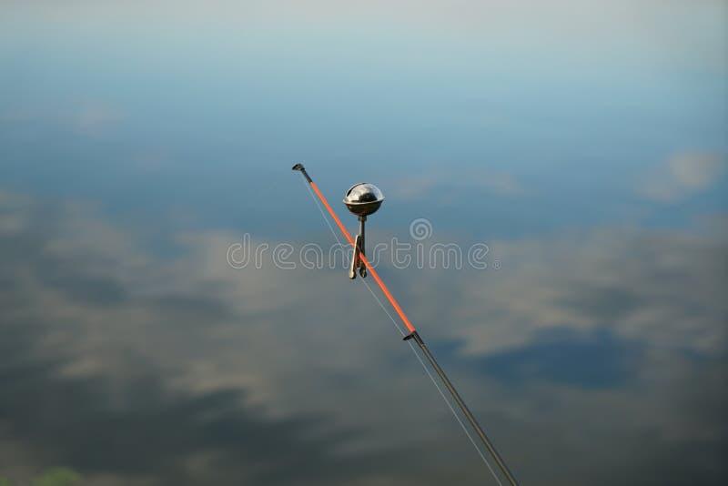 U hebt voor visserij nodig bent vishaken en baitfish of kunstmatige vliegen stock foto
