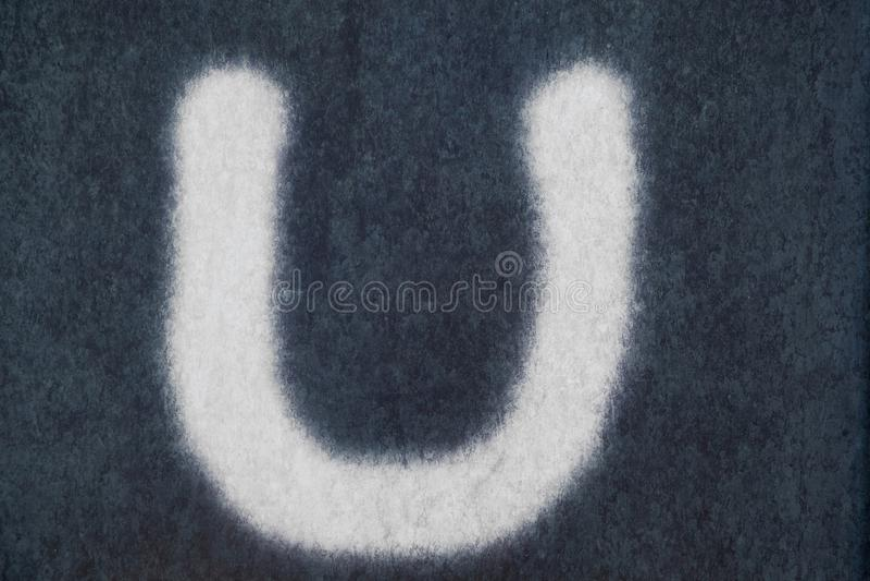 U isolerad kritabokstav i svart tavlabakgrund royaltyfria bilder