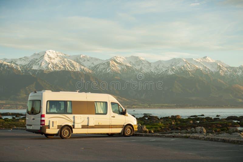 U kunt beste reis van Nieuw Zeeland door het kamperen bestelwagen maken stock fotografie