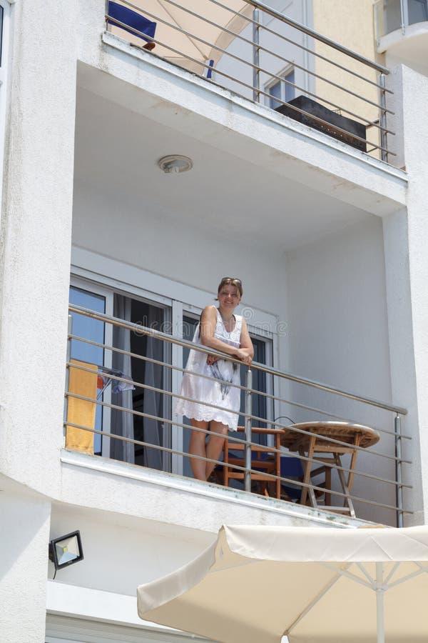u?miechni?ta dziewczyny pozycja na balkonie ?r?dziemnomorska willa obraz royalty free