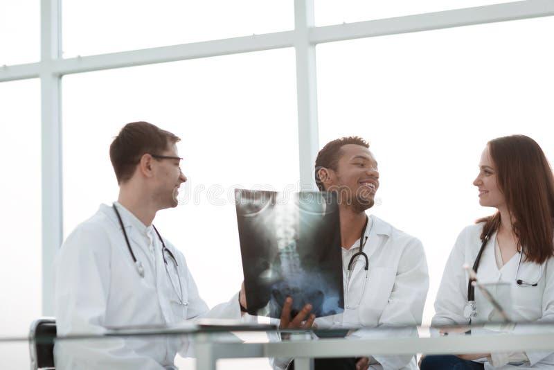 U?miechni?ta grupa lekarki dyskutuje pacjenta promieniowanie rentgenowskie obrazy royalty free