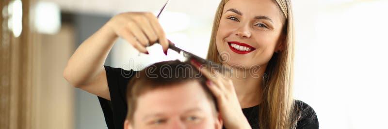 U?miechni?tego fryzjera Zgrzywiony w?osy M?ski klient obrazy royalty free