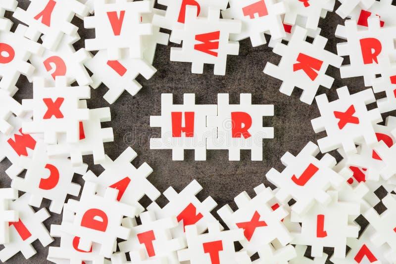 U, Personeelsconcept, witte raadselfiguurzaag met alfabet die het woord u bouwen bij de centrum, baan en carrièrerekrutering royalty-vrije stock afbeeldingen