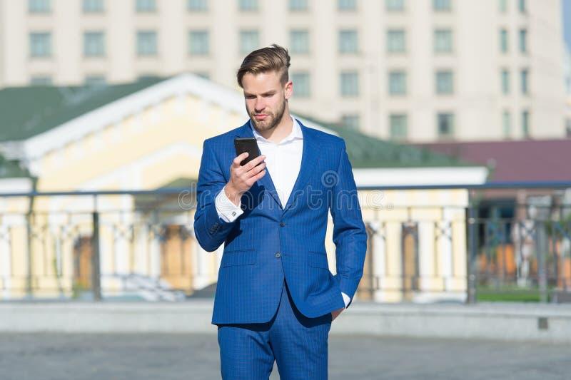 U plukt beter telefoon Smartphonevideogesprek of overseinen van het zakenmangebruik Bedrijfsvraagconcept Mens in kostuum stock foto
