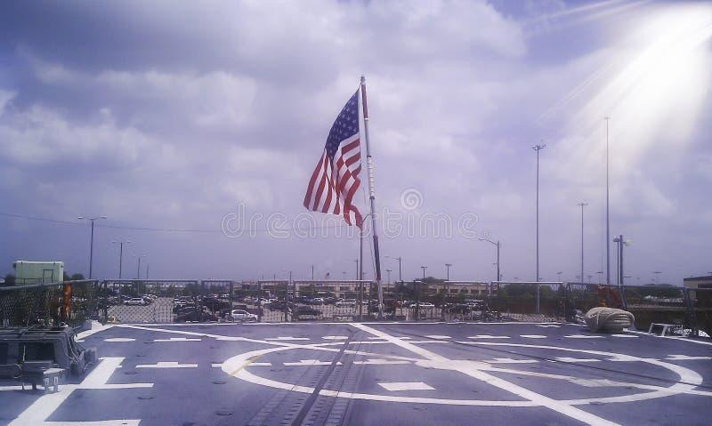 U S Σημαία που πετά στο οπίσθιο τμήμα του U S Θωρηκτό ναυτικού στοκ φωτογραφία με δικαίωμα ελεύθερης χρήσης