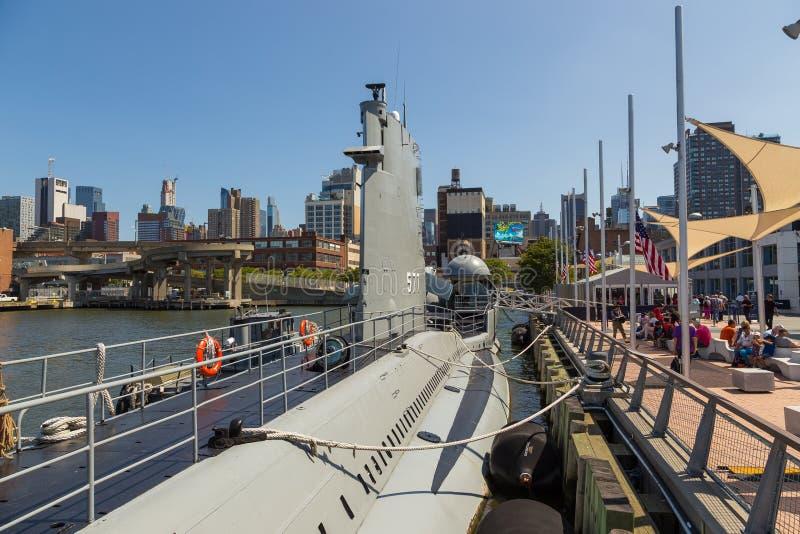 U S S подводная лодка на пристани 86 музея бестрепетного музея моря, воздуха и космоса в Нью-Йорке стоковые фото