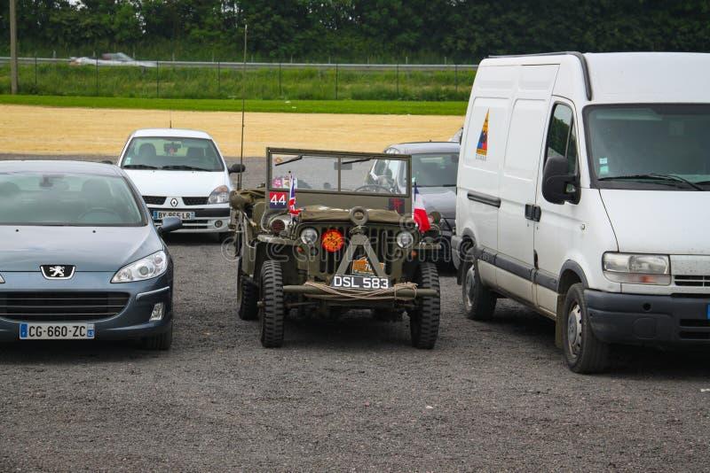 诺曼底,法国;2014年6月4日:U S 军队吉普车用于1944年的在现代汽车之间 免版税库存图片