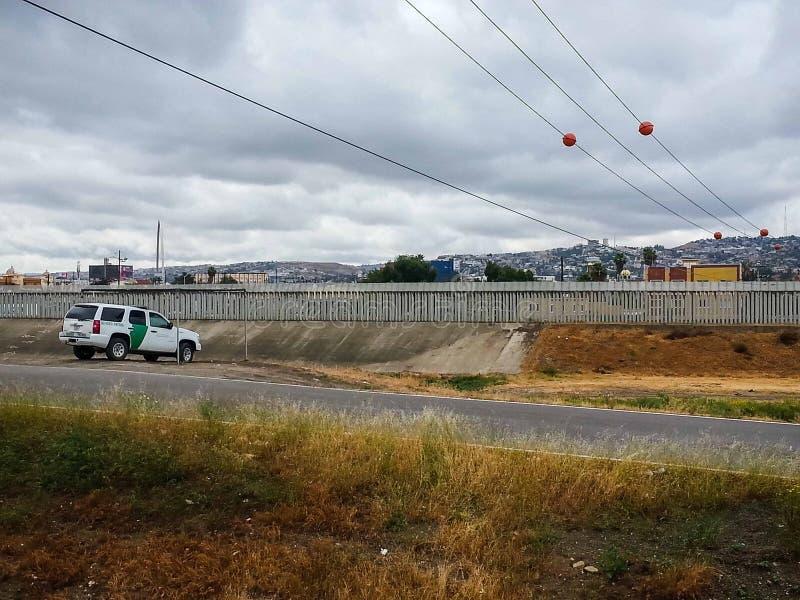 U S 边境巡逻车由划分圣Ysidro提华纳的篱芭停放了 库存图片