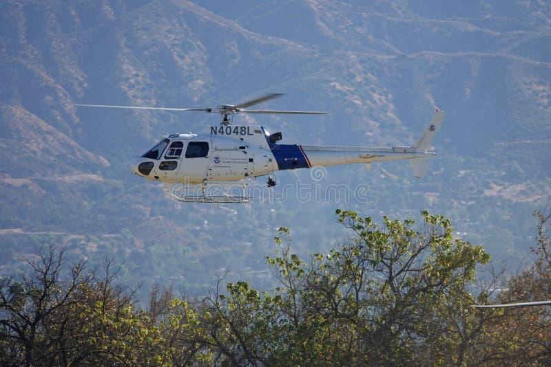 U S Alfândega e Proteção de Fronteiras Aterrissagem com helicóptero em Los Angeles imagem de stock royalty free