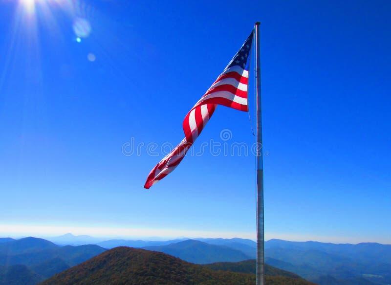 U S Bandeira que voa sobre as montanhas apalaches foto de stock royalty free