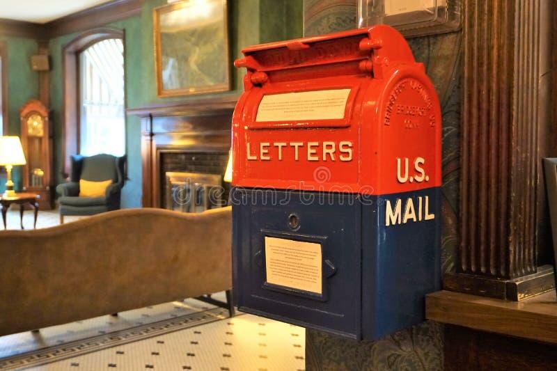 U S caixa postal de suspensão em vermelho e em azul fotografia de stock royalty free