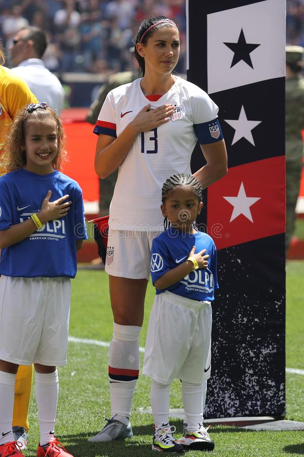U S Capitaine national d'?quipe de football des femmes Alex Morgan #13 pendant l'hymne national avant jeu amical contre le Mexiqu photo stock