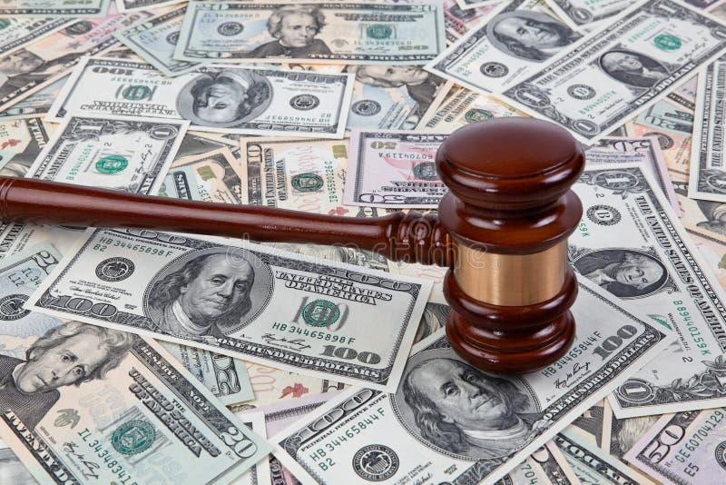 U.S. dólares das notas de banco e o martelo do juiz imagens de stock