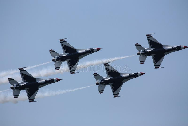 U S De Groep van luchtmachtthunderbirds de luchtparade bij de lucht van Cleveland toont stock afbeelding