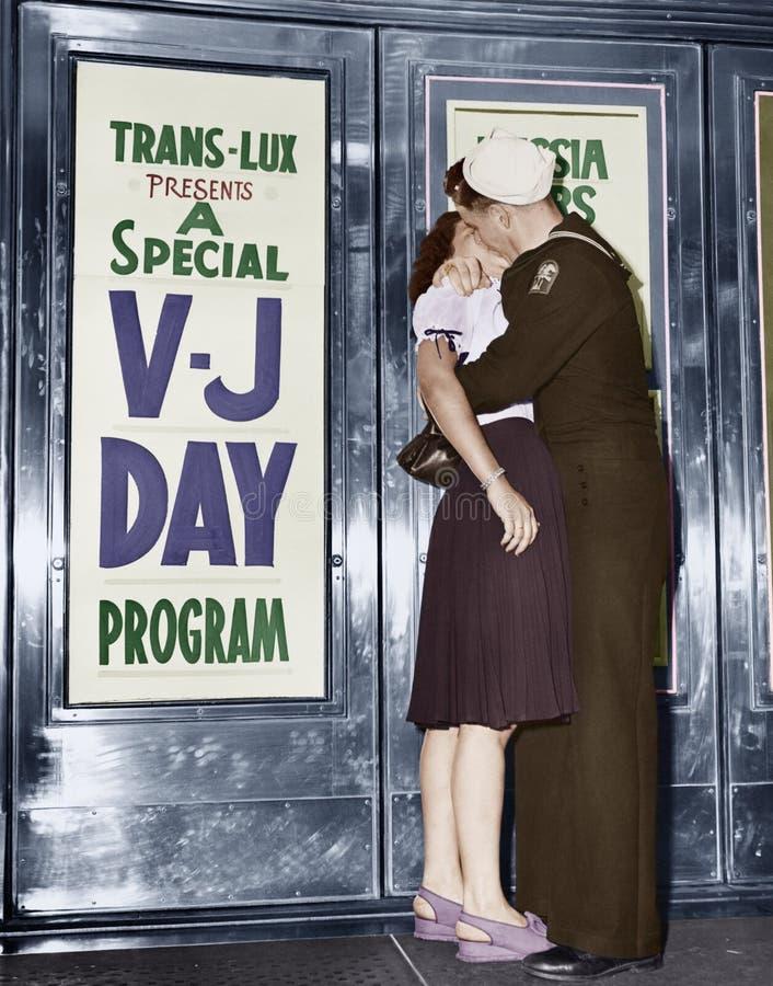 U S de zeeman en zijn meisje vieren nieuws van het eind van oorlog met Japan voor het Theater trans-Lux in Sq de Tijd van New Yor stock afbeeldingen