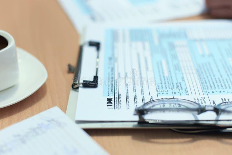 U S Declaração de rendimentos individual da renda, imposto 1040 na tabela imagens de stock royalty free