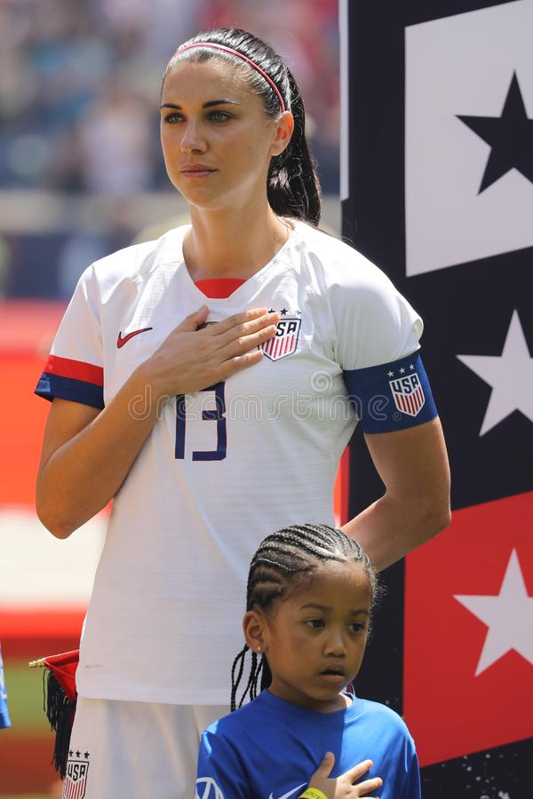U S Der Fu?ball-Teamkapit?n Alex Morgan #13 der Frauen nationaler w?hrend der Nationalhymne vor Freundschaftsspiel gegen Mexiko lizenzfreie stockbilder