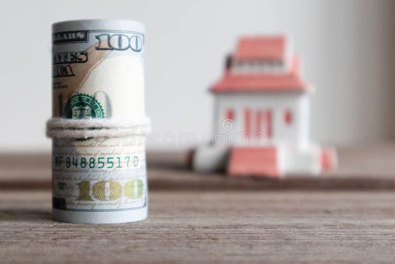 U S-dollarsedel på träbakgrund Egenskapsinvestering, huslån, kreditering och investeringbegrepp för framtida plan royaltyfri bild
