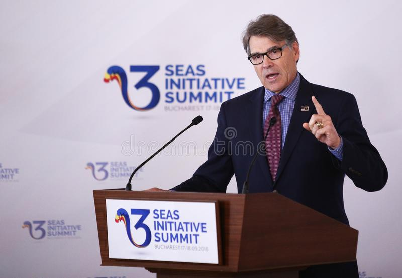 U S ENERGIEsecretaresse RICK PERRY - DRIE OVERZEESE INITIATIEF COMMERCIEEL FORUM IN ROEMENIË stock fotografie