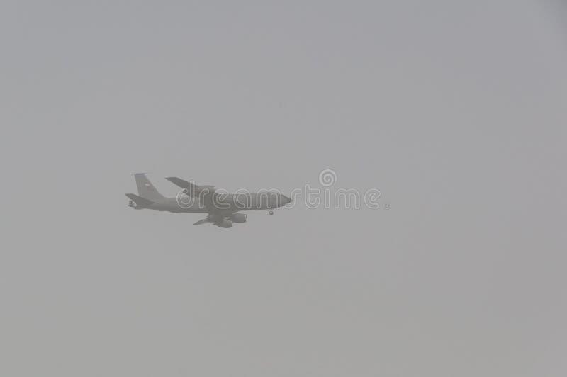 U.S.A.F. Boeing KC-135R Stratotanker, em uma tempestade de areia em Doha, Catar fotografia de stock royalty free