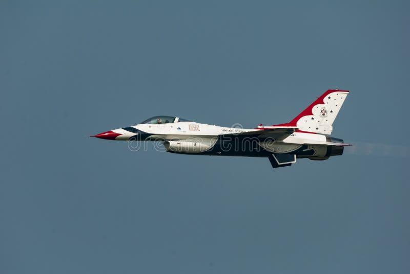 U.S.A.F. Thunderbird no voo nivelado fotos de stock