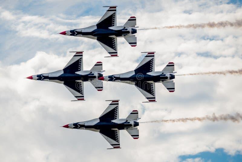 U.S.A.F.-Thunderbirds, die oben fliegen stockfotos