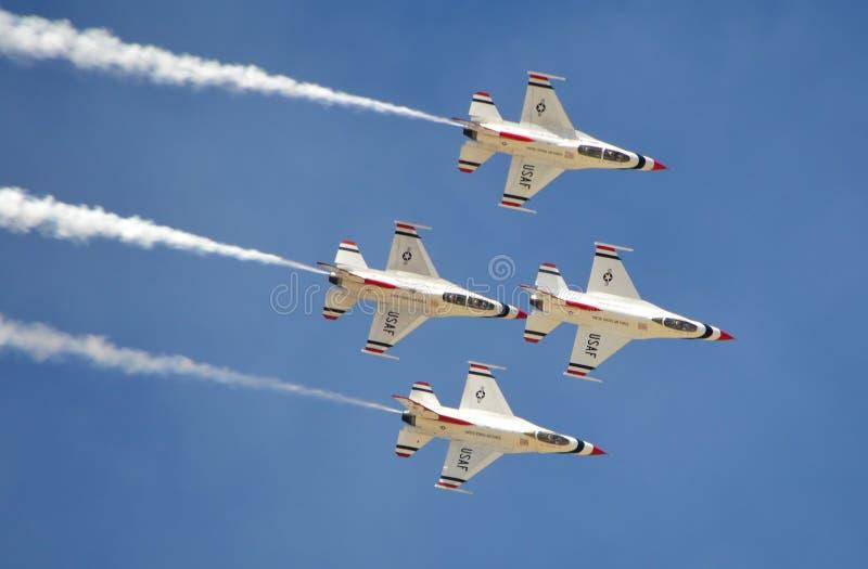 U.S.A.F.-Thunderbirds som flyger i bildande royaltyfri foto