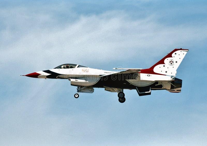 U.S.A.F.-Thunderbirdsskepp nummer, 5 som ett General Dynamics F-16C 87-0325 utför på en airshow i April 2003 royaltyfria foton
