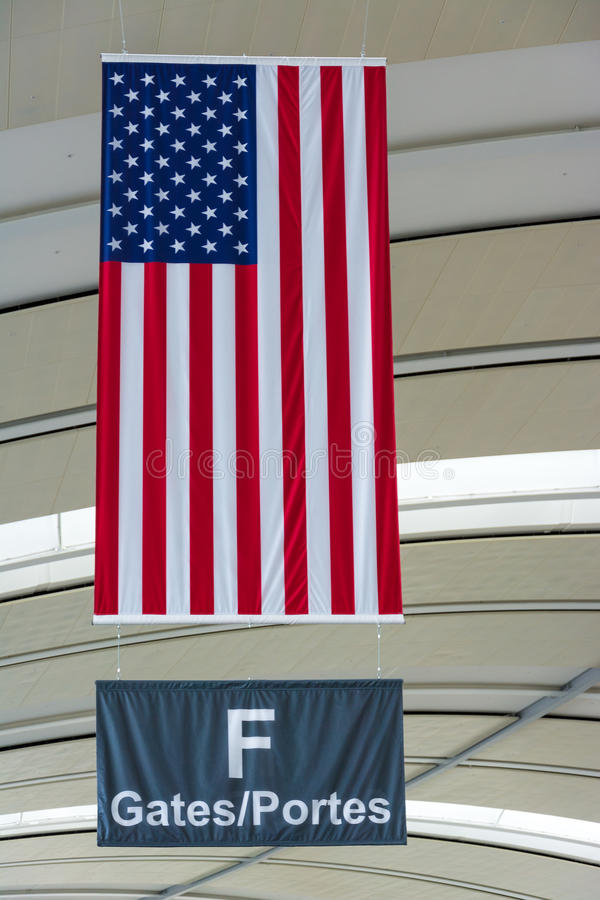 U.S.A Flag I En Internationell Flygplats Royaltyfri Foto