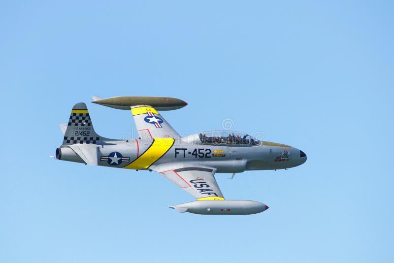 U S Flygvapenmilitärnivå i flykten under hastig veckaflygshow royaltyfri bild