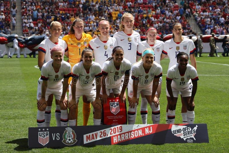 U S Formación nacional del equipo del fútbol de las mujeres antes del juego amistoso contra México como preparación para el mundi imagen de archivo