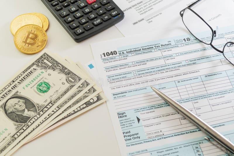 U S formulário de declaração de rendimentos da renda, pena, calculadora, vidros e dinheiro na tabela branca foto de stock