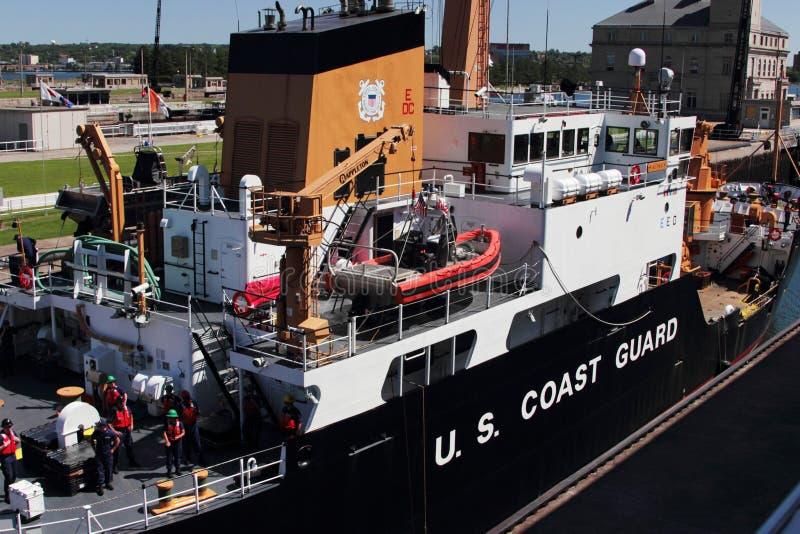U S Guarda costeira em Sue St Marie Locks fotografia de stock