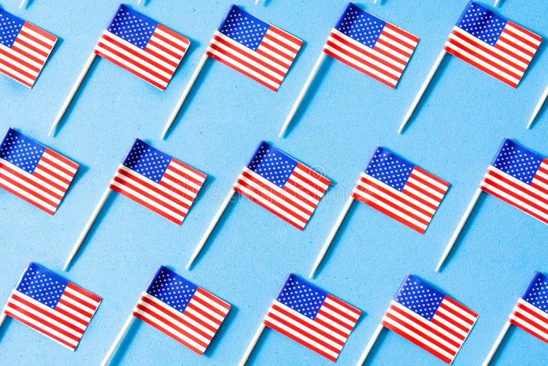 U.S.A. inbandiera il modello su fondo blu fotografie stock libere da diritti