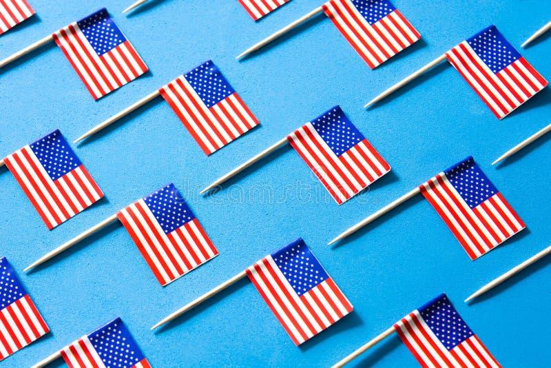 U.S.A. inbandiera il modello su fondo blu fotografie stock