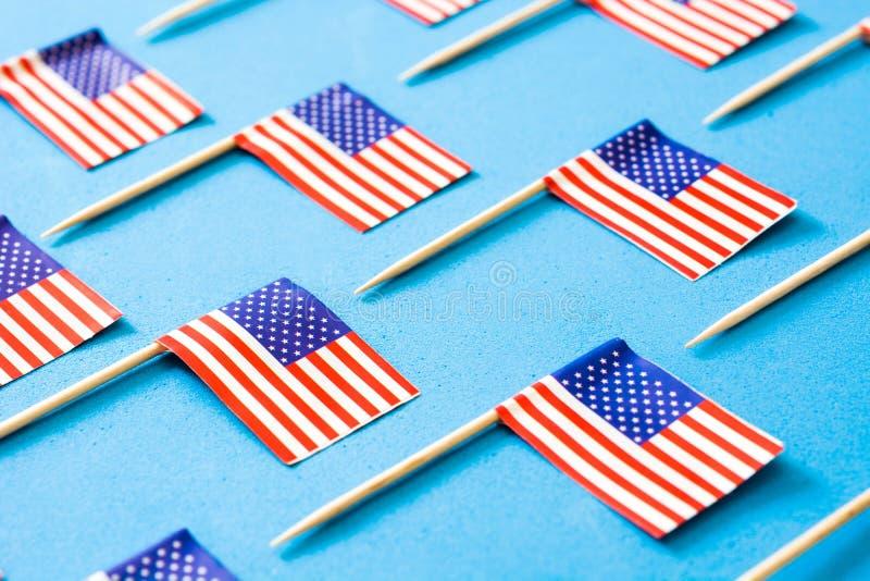 U.S.A. inbandiera il modello su fondo blu immagini stock libere da diritti