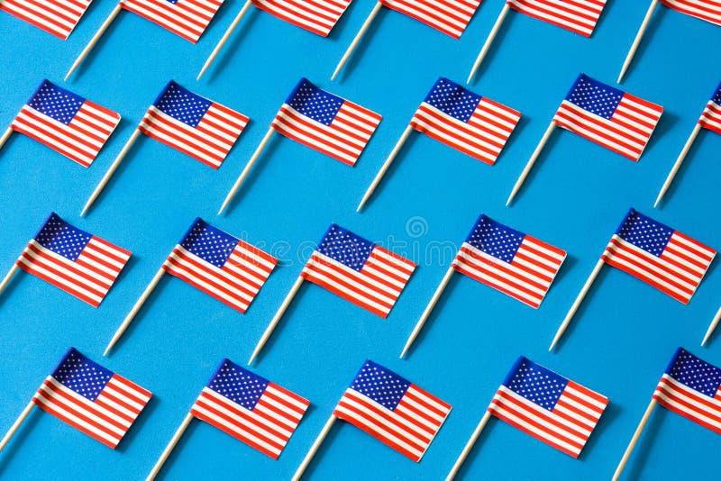 U.S.A. inbandiera il modello su fondo blu immagine stock libera da diritti